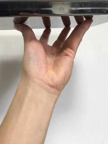 指の腹でトレンチを支える方法